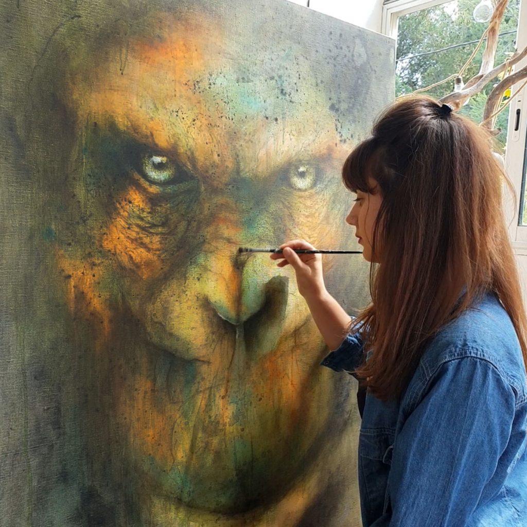 Sandrot peignant un gorille dans son atelier