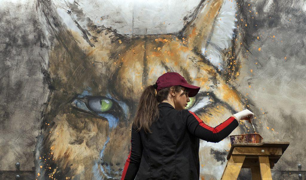 Sandrot en train de peindre un oeil de son lynx géant.