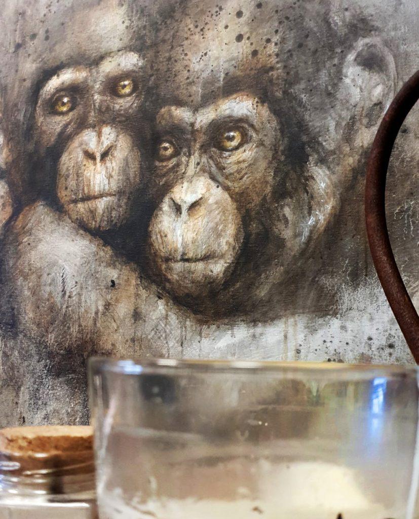 Sensibiliser à la cause animale avec ce tableau de singes enlacés