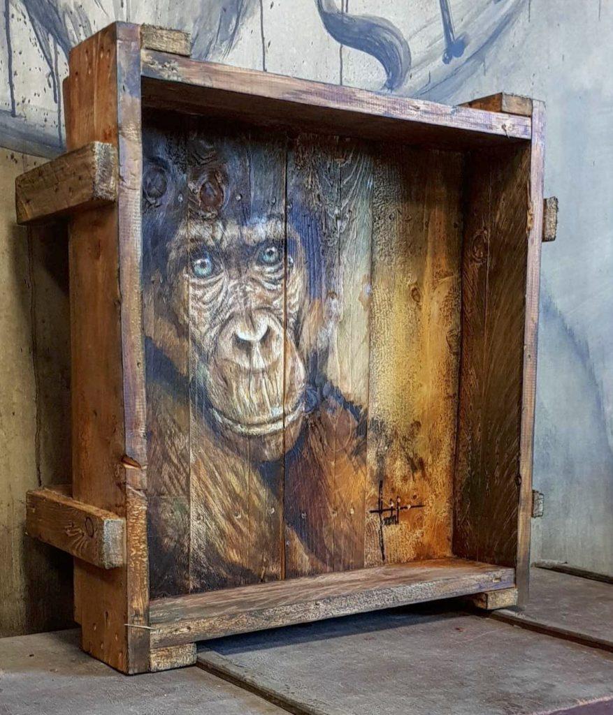 Peinture sur bois d'un singe